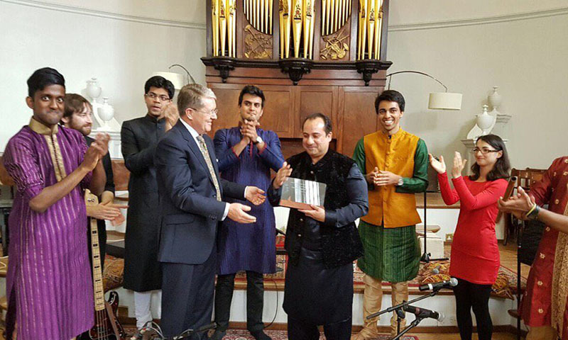 Rahat Fateh Ali Khan receiving an honourary shield from Oxford University.