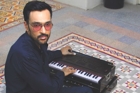Ali Sethi's music video for 'Chan Kithan' is out!