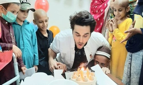 Ahsan Khan visiting cancer patients at Indus Hospital