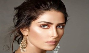 "Ayeza Khan talks about playing Humayun Saeed's wife in ""Mere Pass Tum Ho"""